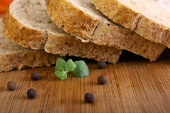 Bröd på ett träskrivbord Arkivfoto