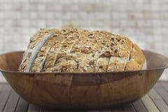 Bröd på korg Arkivfoton