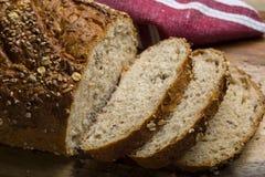Bröd på skärbräda och closeupen Arkivfoto
