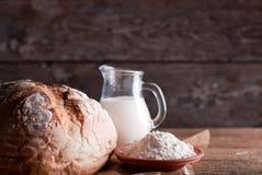 Bröd på tabellen ab Royaltyfri Foto