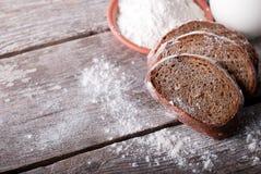 Bröd på tabellen ab Royaltyfri Bild