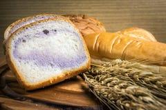 Bröd på träbakgrund Fotografering för Bildbyråer