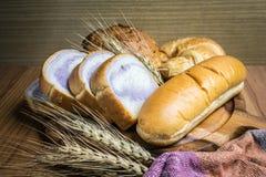 Bröd på träbakgrund Arkivfoto