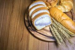 Bröd på träbakgrund Royaltyfri Fotografi