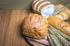 Bröd på träbakgrund Royaltyfria Bilder