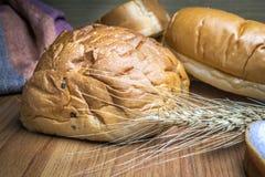 Bröd på träbakgrund Arkivfoton