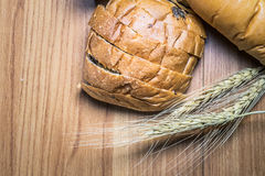 Bröd på träbakgrund Royaltyfria Foton