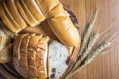 Bröd på träbakgrund Arkivbild