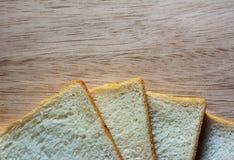 Bröd på trägolvet, träbakgrund Arkivfoto
