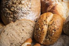 Bröd på trätabellen Arkivbilder