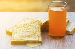 Bröd sötat förtätat mjölkar, och orange fruktsaft royaltyfri bild