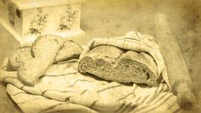 Bröd släntrar slåget in i köktorkduken, kavlen, brödskivor Royaltyfri Bild