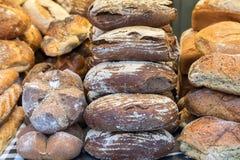 Bröd som är till salu på marknaden royaltyfria foton