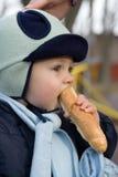 bröd som äter litet barn Royaltyfri Foto