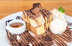 bröd som rostas med vaniljglass- och chokladnissen Arkivbild