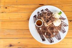 bröd som rostas med vaniljglass- och chokladnissen Royaltyfri Fotografi