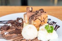 bröd som rostas med vaniljglass- och chokladnissen Arkivfoto