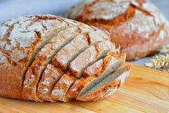 Bröd som skivas för frukost Arkivbild