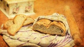 Bröd som slås in i torkduken, brödskivor, kavel, decoupageask Arkivbilder
