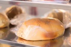 Bröd som täckas i plast- på en hylla royaltyfri foto