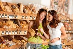 bröd som väljer kvinnor för livsmedelsbutik två Royaltyfri Fotografi