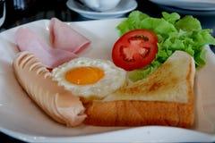 Bröd, stekt ägg, korv och grönsaker arkivfoton