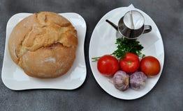 Bröd, tomater och vitlök Arkivfoto