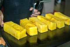Brödbeläggning som bredas smör på på gallret Fotografering för Bildbyråer