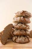 Brödbunt som isoleras på vit bakgrund Royaltyfri Bild