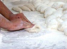 bröddeg knådar kvinnan Royaltyfri Fotografi