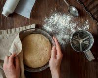 bröddeg knådar kvinnan Arkivfoto