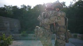 Bröder i armar som möter efter strid på solnedgången lager videofilmer