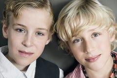Bröder på brun bakgrund Royaltyfri Foto