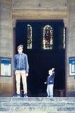 Bröder på den tonåriga kyrkliga balustraden och barn Fotografering för Bildbyråer