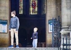 Bröder på den tonåriga kyrkliga balustraden och barn Royaltyfria Foton