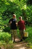 bröder som fiskar att gå Arkivfoto