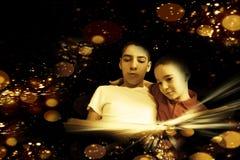Bröder som läser en magisk bok arkivbild