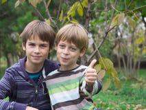 bröder som leker två Royaltyfri Fotografi