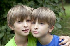 bröder som ler tvilling- två royaltyfri foto
