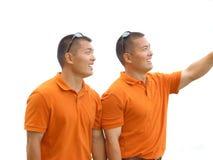 bröder som ser tvilling- Arkivbilder
