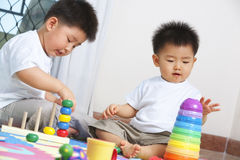 bröder som tillsammans leker Royaltyfri Foto