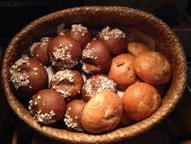 Brödet klipps in i stycken Royaltyfria Foton