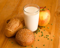brödexponeringsglas mjölkar royaltyfri foto