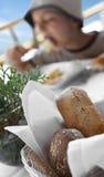 brödfrukosten äter mellanläggsmedelsnabba korvmellanmål till Arkivfoto