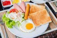 brödfrukosten äter mellanläggsmedelsnabba korvmellanmål till Royaltyfri Foto