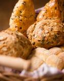 Brödkorg med hela vete- och chokladbullar och brödrullar Royaltyfri Foto