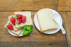 Brödskiva och jordgubbe för helt vete Royaltyfria Bilder