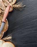 Brödskivor, ett vete och en kniv Royaltyfria Bilder