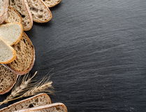 Brödskivor, ett vete och en kniv Fotografering för Bildbyråer