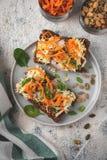 Brödsmörgås med ost och grönsaker; sund frukost; vegetarisk mat fotografering för bildbyråer